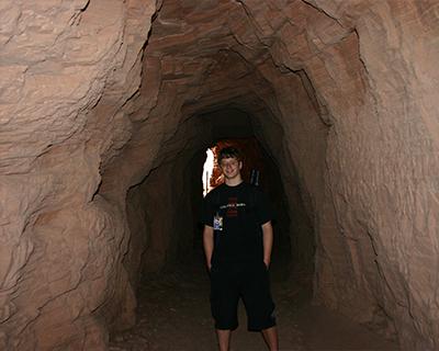 cayon de chelly trail through rock