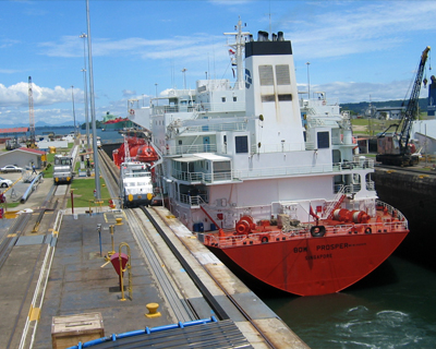 panama canal ship gatun locks