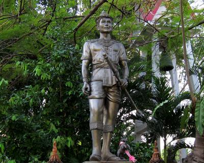 chiang mai wat phra singh king mangrai statue